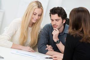 Paar wird für Kreditarten beraten